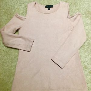 Cold-shoulders sweater
